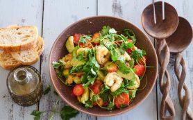 Салат с креветками, авокадо и клубникой