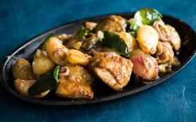 Курица в сковороде, с персиками и листьями лайма