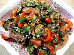 Салат из жареных баклажанов и свежих овощей