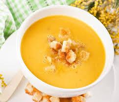 Гороховый суп-крем с айвой и беконом