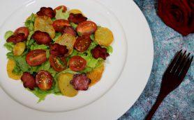 Овощной салат с жареной колбасой