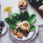 Салат Цезарь с чесночными гренками и салатом ромэн
