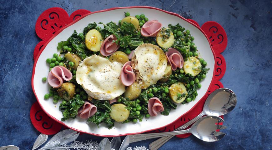 Салат с вареной колбасой, картофелем и салатом кейл с козьим сыром