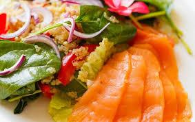Салат с киноа и слабосоленым лососем