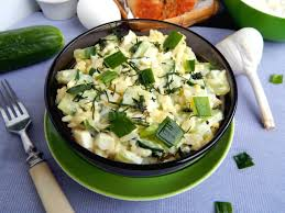 Теплый салат со свежим огурцом, картофелем и яйцом