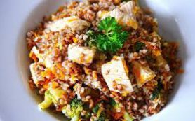 Теплый гречневый салат с запеченной паприкой