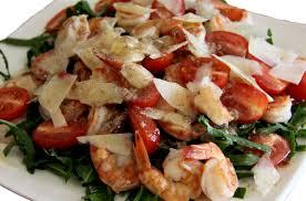 Теплый салат с рукколой, грибами и креветками.