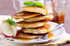 Оладьи с яблочным припеком и корицей для завтрака