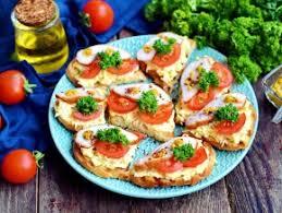 Тартинки с намазкой из плавленого сыра, яйца и помидора