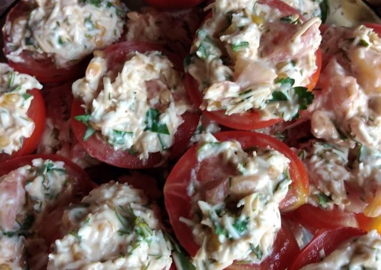 Быстрая закуска из помидоров, сыра и зелени