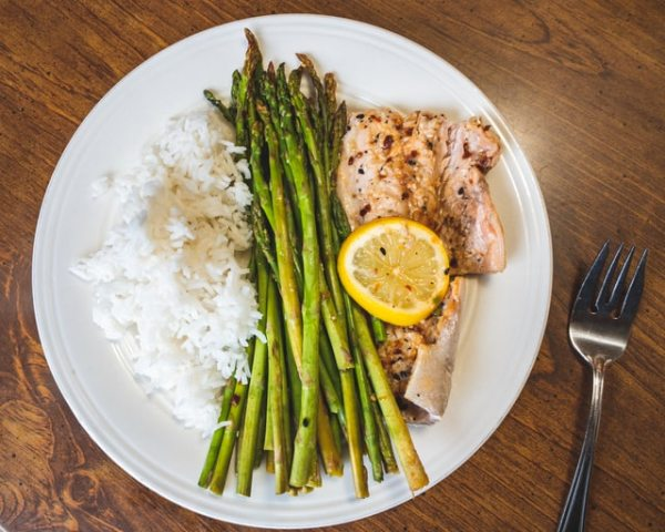 Спаржа с рыбой и рисом на пару