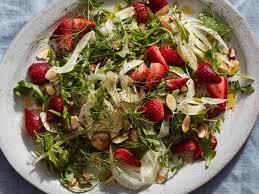 Салат с курицей, клубникой и фенхелем