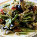 Египетский салат с баклажаном и зелёной фасолью