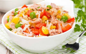 Салат с тунцом, перцем и кукурузой