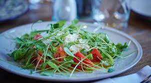 Салат с томатами и страчателлой
