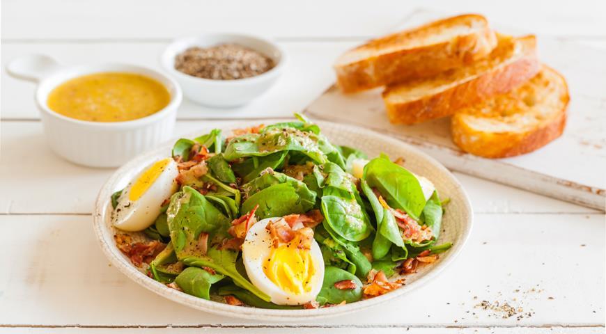 Салат из шпината с чесночными тостами и беконом