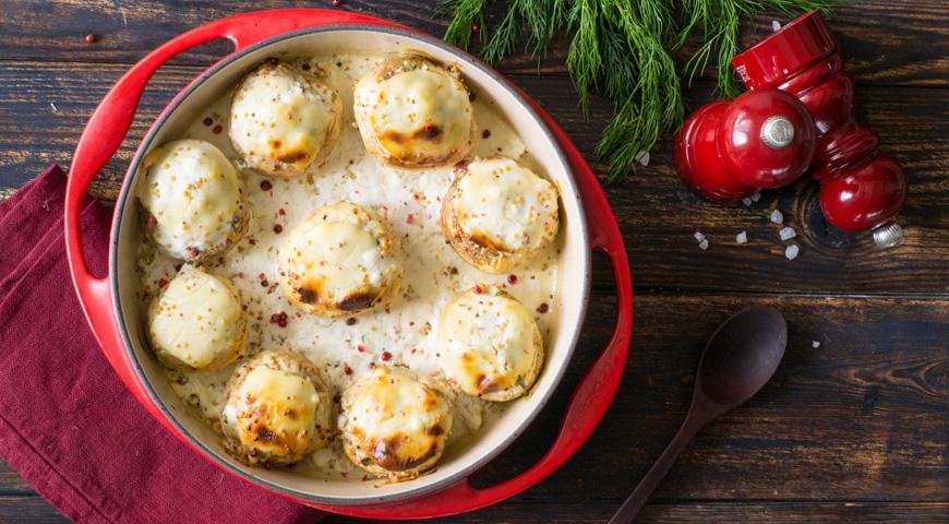 Шампиньоны, фаршированные курицей и сыром в духовке