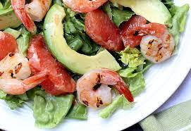 Салат с креветками, авокадо и грейпфрутом