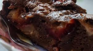 «Шоколадная» шарлотка с яблоками, сливами и творогом