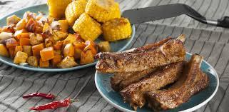 Глазированные свиные ребрышки с бататом, тыквой и кукурузой