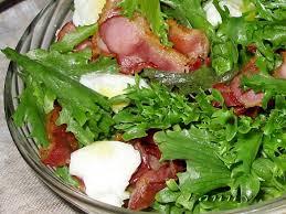 Зеленый салат с перепелиными яйцами-пашот и беконом