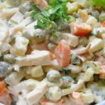 Салат с кальмарами и зеленым горошком