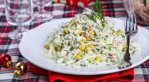 Салат из капусты с крабовыми палочками и яйцом