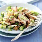 Салат с курицей, сельдереем и яблоком