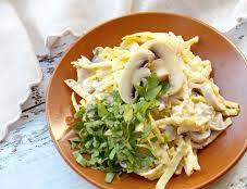 Салат с маринованными грибами и яичными блинчиками