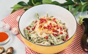 Салат из бобов с рукколой под горчично-сливочным соусом