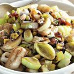Салат из лука-порея, фиников и фисташек
