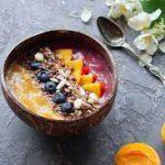 Смузи-боул с овсянкой, фруктами, клубникой и семечками