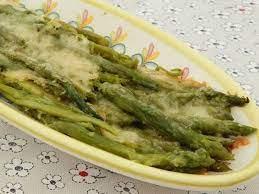 Спаржа, запеченная с сыром