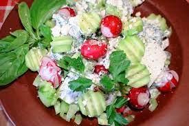 Летний салат с заправкой из брынзы
