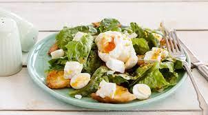 Большой зеленый салат с яйцами и гренками