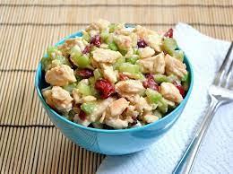 Салат с птицей, клюквой и орехами