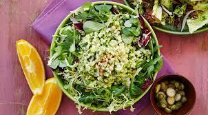 Зеленый салат с тартаром из цукини