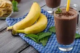 Банановый смузи с молоком и какао