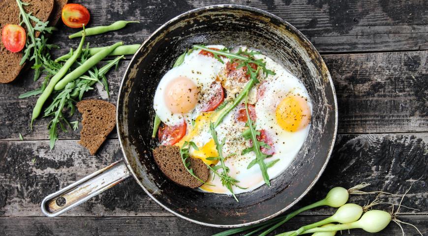 Яичница со спаржевой фасолью и помидорами