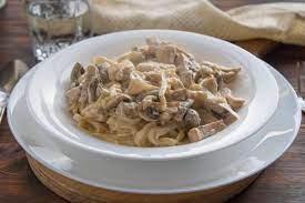 Феттучине с курицей и грибами в сливочном соусе