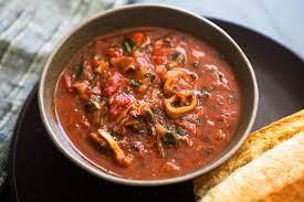 Тушеные кальмары в томатном соусе